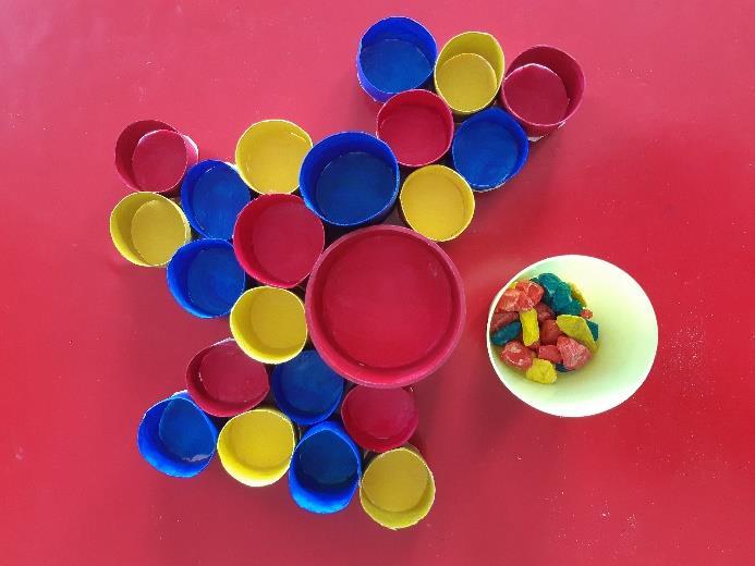 Avec des rouleaux de papier toilette, un peu de peinture et du gravier, créez un jeu d'association de couleurs avec et pour les petits © Laure Armand d'Hérouville / @bebefaitmain