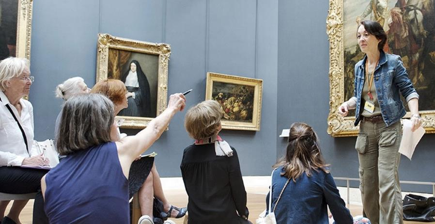 Dans de nombreux établissements culturels, les « relais du champ social » sont formés à la visite par les professionnels de musée © Musée du Louvre