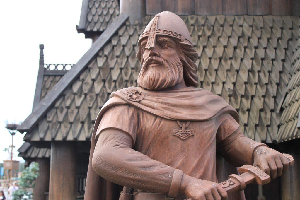 Statue d'un guerrier viking