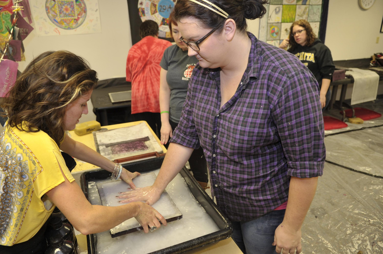 Fabrication de papier en art-thérapie à l'Emporia State University aux Etats-Unis Photo : Emporia State University