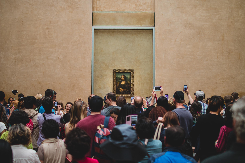 Visiteurs devant Mona Lisa