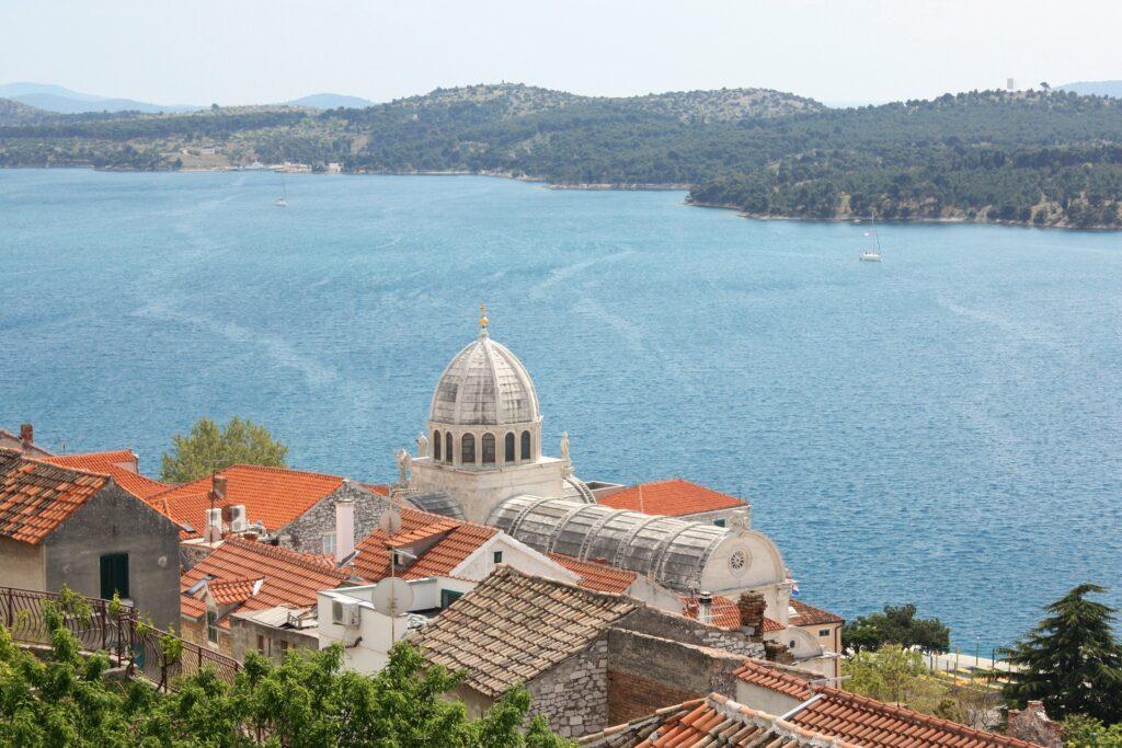 Cathédrale de Sibenik face à la mer
