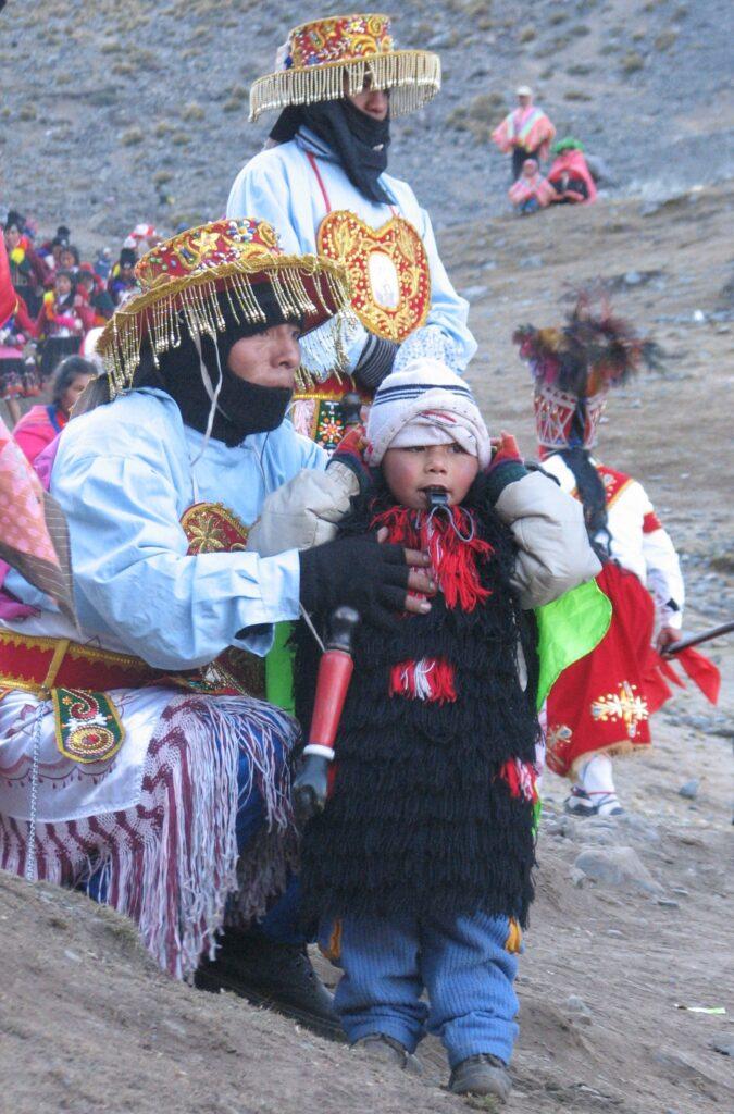 Un jeune danseur lors du pèlerinage de Qoyllur Rit'i au Pérou