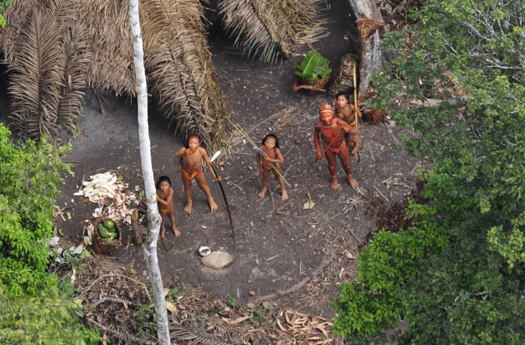 Des Indiens non contactés au Brésil vus du ciel lors d'une expédition du gouvernement brésilien en 2010 © G. Miranda/FUNAI/Survival International