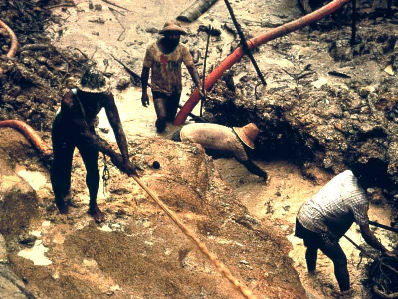 Des mineurs d'or travaillent illégalement sur les terres des Yanomami, Brésil, 2003. © Colin Jones/Survival International