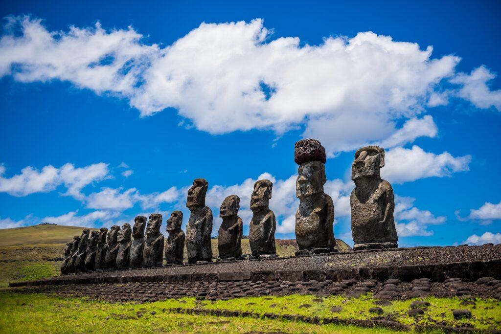 Alignement de statues moaï