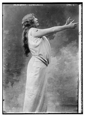 Sarah Bernhardt jouant une sorcière / Wikicommons