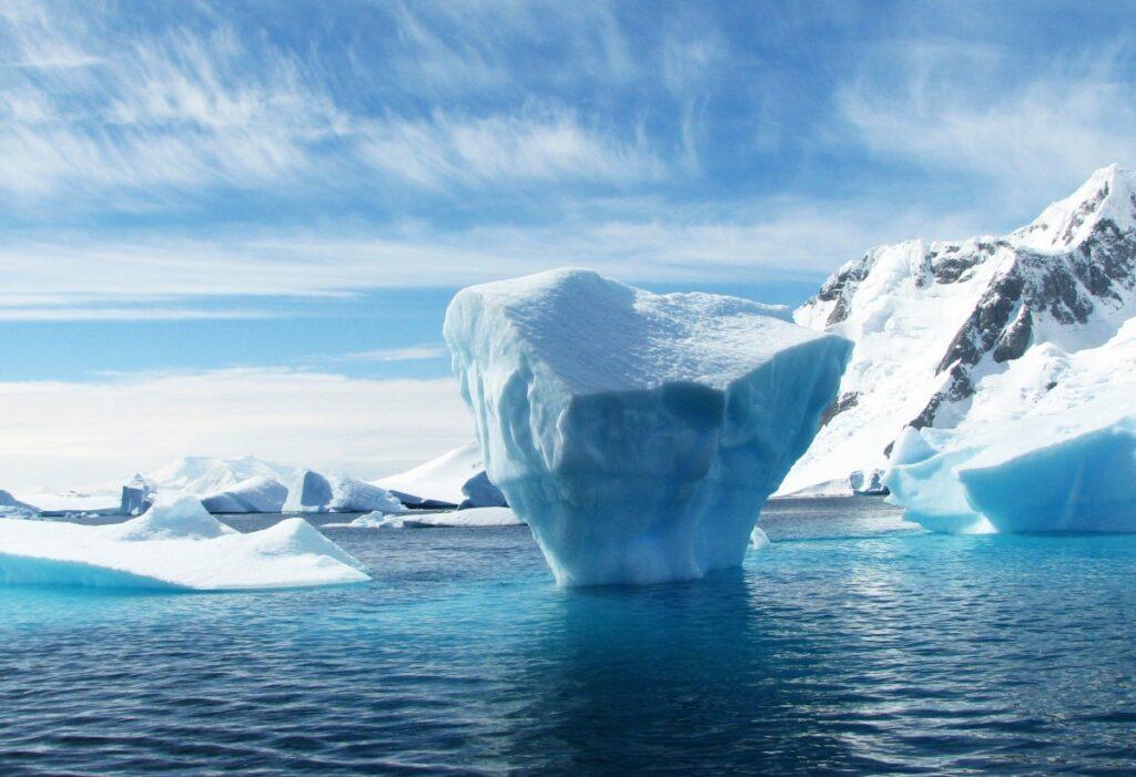 Iceberg et glace de mer turquoise