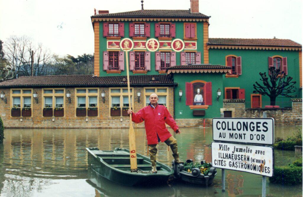 Paul Bocuse devant son restaurant lors d'une crue de la Saône © archives JFM