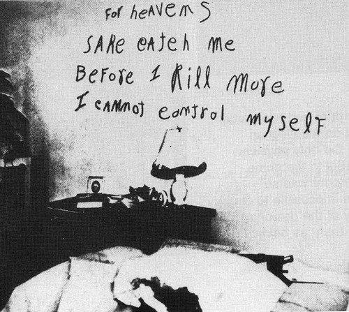 """Art du crime : Message écrit au rouge à lèvres sur le mur de l'appartement de Frances Brown, l'une de ses victimes : """"Pour l'amour du ciel, attrapez-moi avant que je ne tue d'autres personnes, je ne peux pas me contrôler""""."""