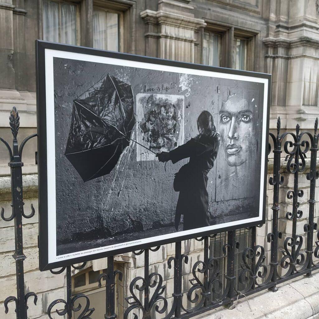 Love is Life figure dans l'exposition Parisiennes, affichée à l'hôtel de ville de Paris/ Tous Droits Réservés ©SWeb